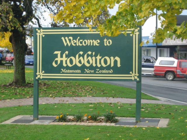 800px-EN-Hobbiton-Matamata-NZ-Attribution-Share-Alike25